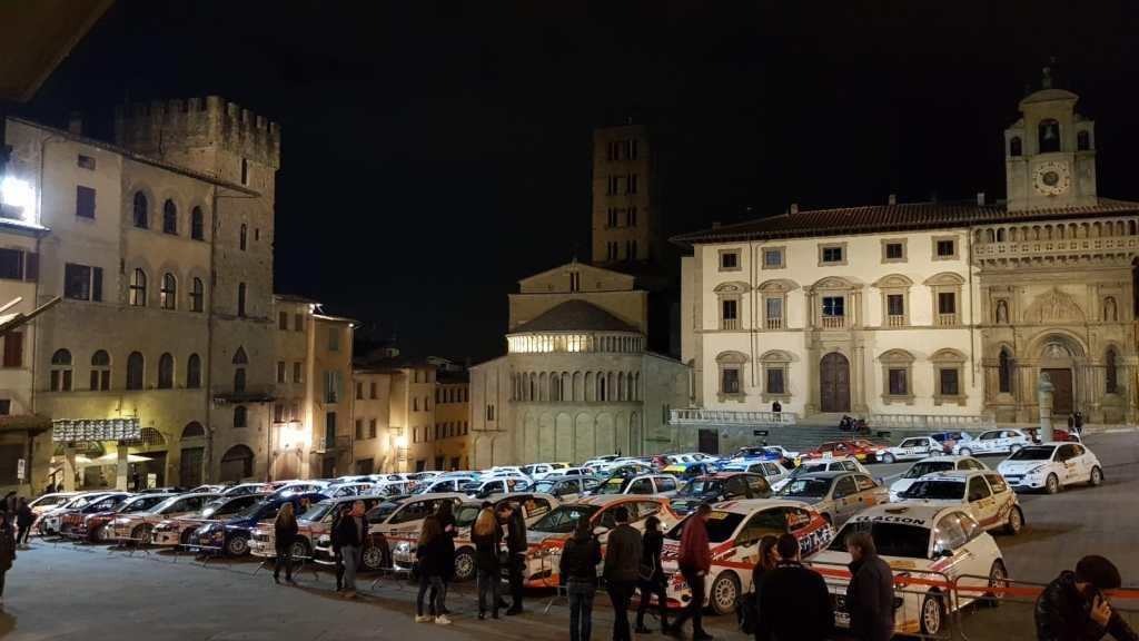 Le auto del rally in Piazza Grande ad Arezzo