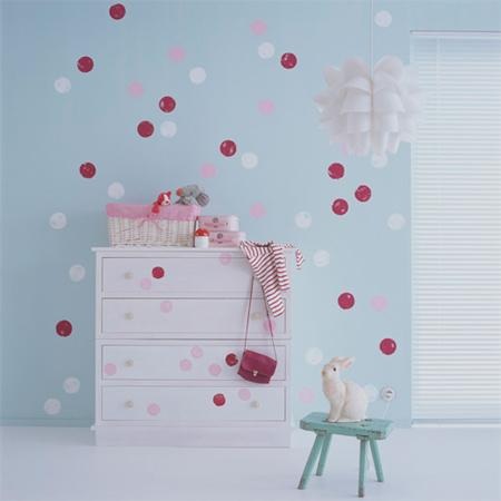 Υπέροχη Polka dot διακόσμηση παιδικού στους τοίχους και τα έπιπλα