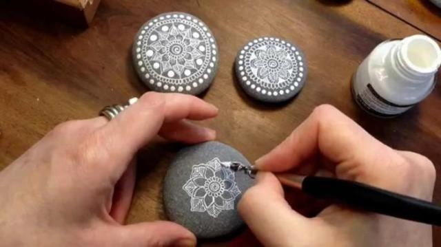 ζωγραφική μάνταλα σε πέτρες και βότσαλα47