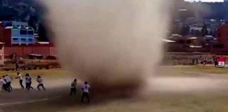 Remolino de polvo interrumpió un partido en Bolivia
