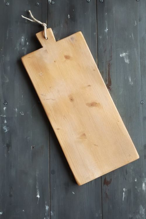 Long country cutting board with handle