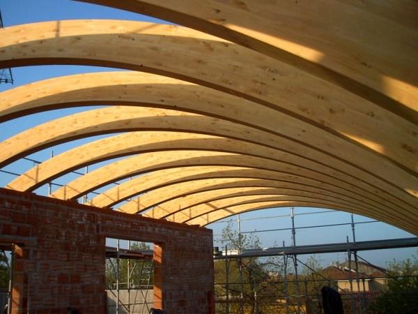 tetto curvo di legno lamellare