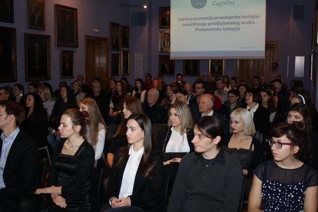Diplomanti i njihove obitelji na promociji