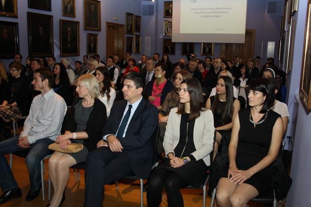 Naši promoventi okruženi slikama bivših rektora sveučilišta