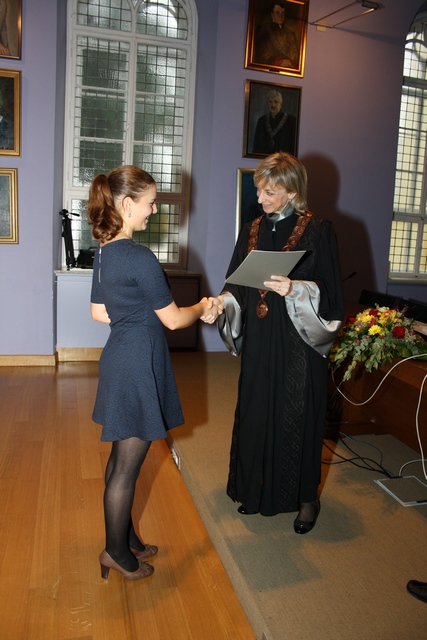 Prorektorica uručuje diplomu Mariji Knezović