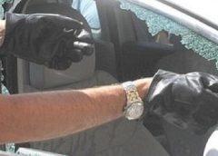 Lasciano un bimbo in auto sotto il sole: un poliziotto rompe un finestrino e lo salva