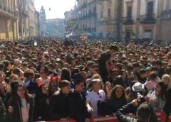Carnevale, folla festante in piazza