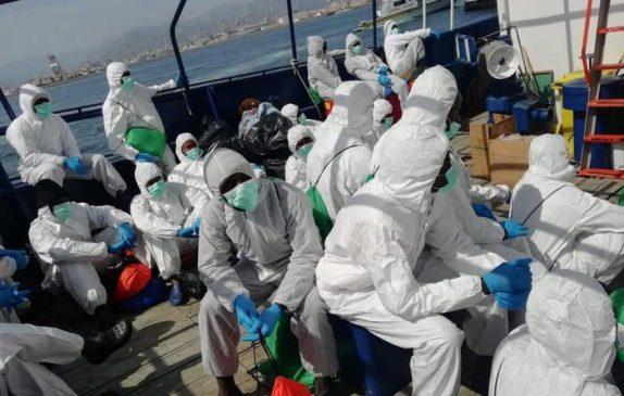 Migranti: tamponi ai 410 giunti ad Augusta,a bordo 91 minori
