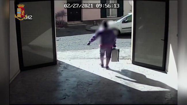Ruba valigia con attrezzi: denunciato