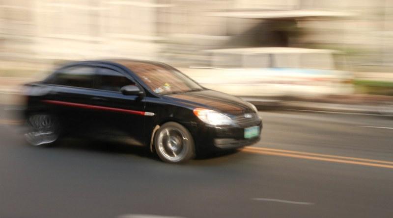 Auto che corre sulla strada