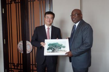 The Vice Mayor of the Zhuhai Municipal Government Zhu Qingqiao presents THA Chief Secretary Kelvin Charles with artwork.