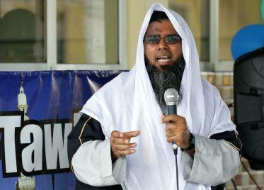 Imam Muzaffar Mohammed addresses members of the audience.