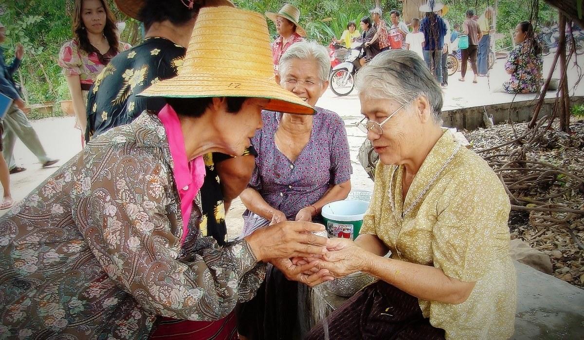 Poor Thais shrank to  to 4.9 million last year