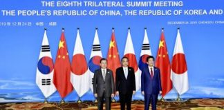South Korean President Moon Jae-in, Chinese Premier Li Keqiang and Japanese Prime Minister Shinzo Abe pose for a photo at the eighth trilateral summit meeting in Chengdu, China, 24 December 2019 (Photo: The Yomiuri Shimbun).