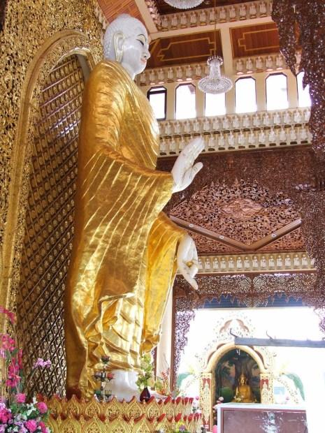 bouddha debout temple birman penang malaisie