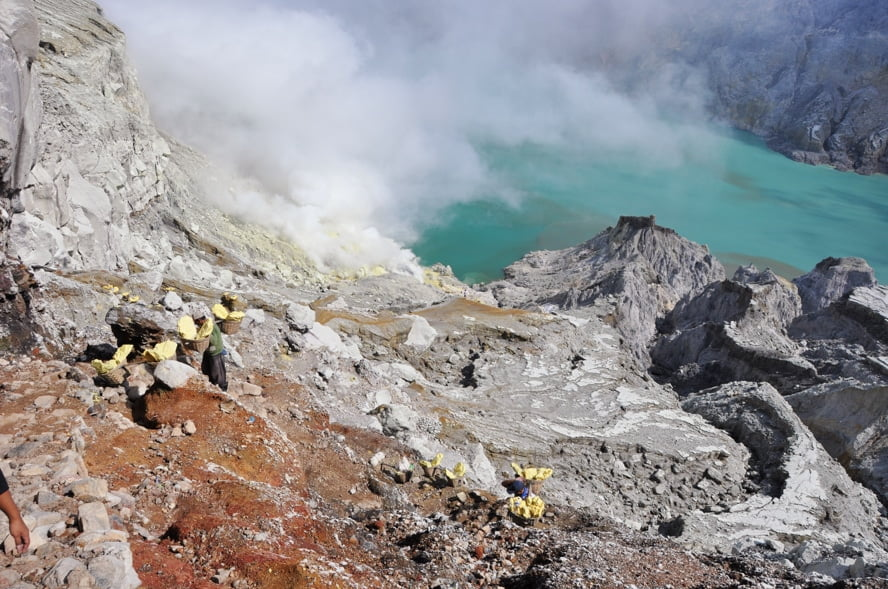 descente cratere kawah ijen java indonesie