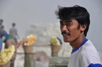 Notre accompagnateur, mineur au Kawah Ijen à Java, Indonésie.