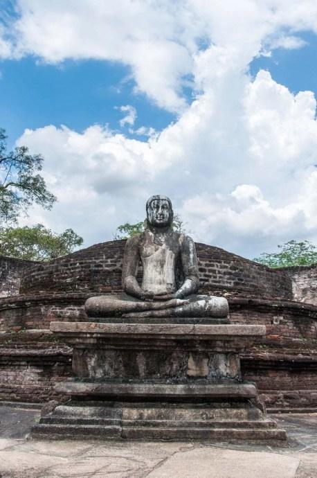 bouddha assis quadrangle polonnaruwa - sri lanka