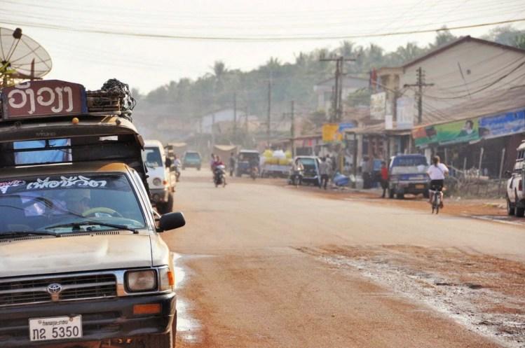 rue au laos entre Vientiane Vang Vieng Laos