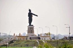 Statue géante du roi Anouvong, le « héros » Laotien qui se rebella contre la domination du Siam entre 1826 et 1828.