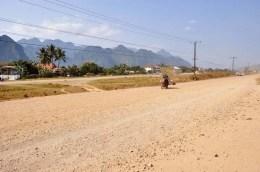 En face de la station de bus, une espèce de large piste qui je suppose devait ou servira d'autoroute un jour peut être...
