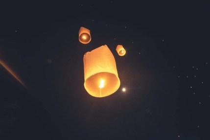 lanternes s'envolant loy krathong yi peng festival chiang mai - thailande