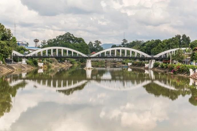 pont ratchadapiskek traversant riviere wang lampang
