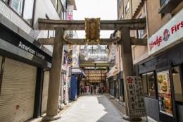 entree sanctuaire shinto vers marché de nishiki - kyoto