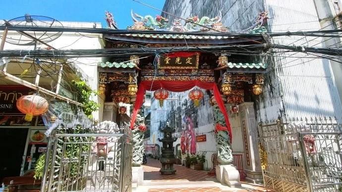 porte temple chinois shrine serene light phuket town