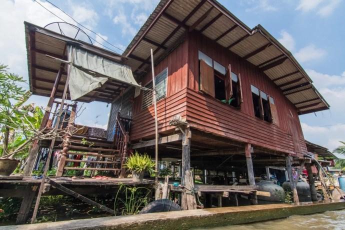 maison sur pilotis près du marché flottant damnoen saduak