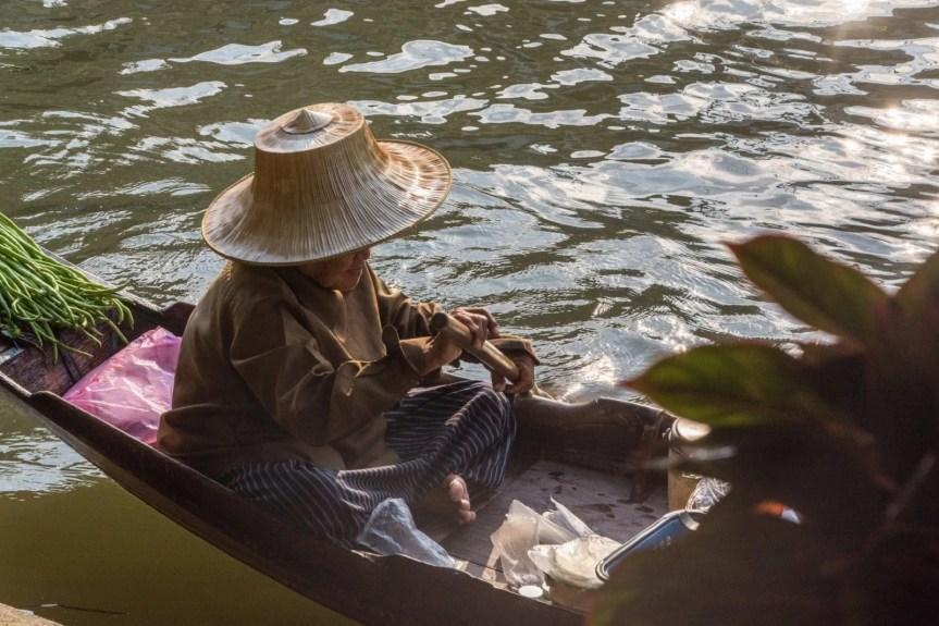petite dame bateau marché flottant damnoen saduak