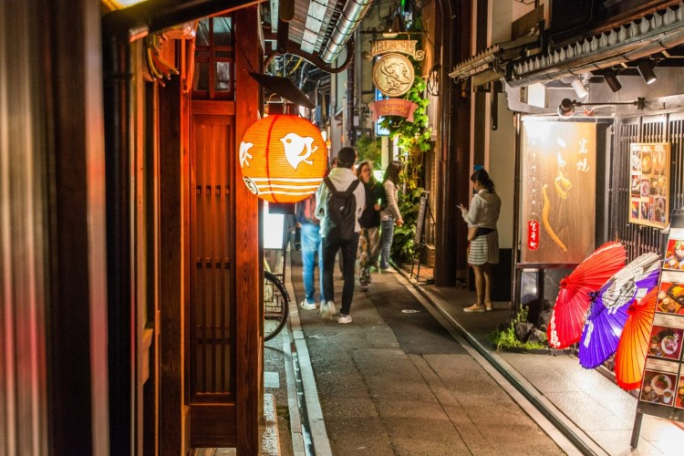 pontocho - kyoto by night - japon