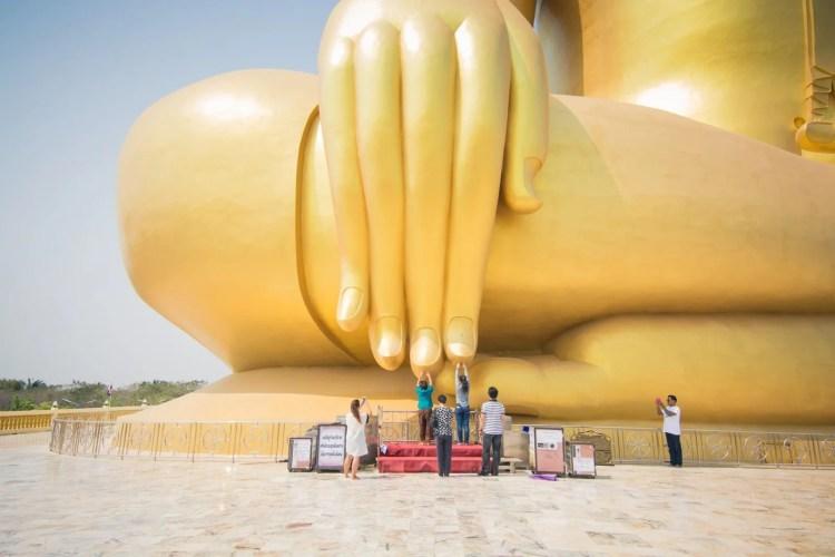 priere main grand bouddha wat muang - ang thong - thailande