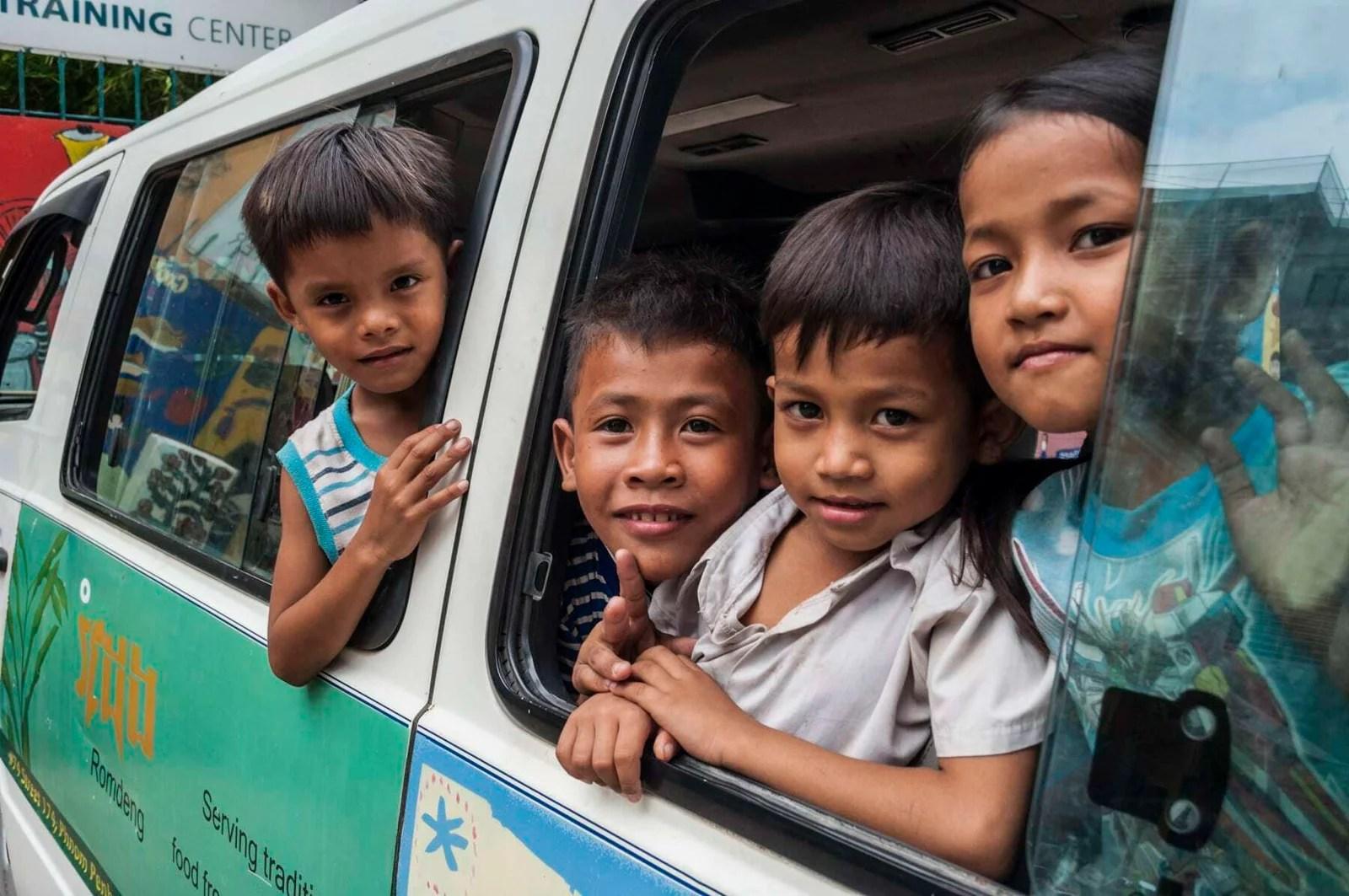 enfants dans camionnette cambodge