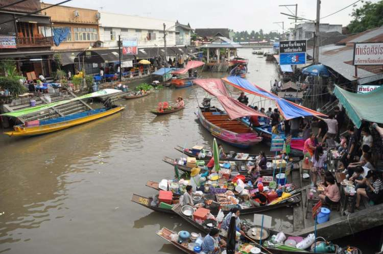vue marché flottant amphawa - thailande