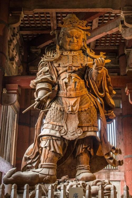 statue bois komuko-ten daibutsuden temple todai-ji nara - japon