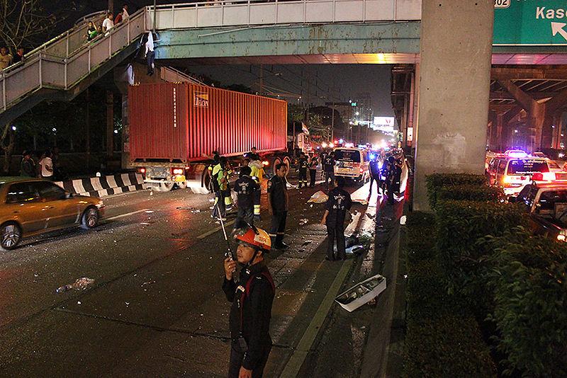 Car accident at Bangkok Y intersection Ramintra-Artnarong Expressway