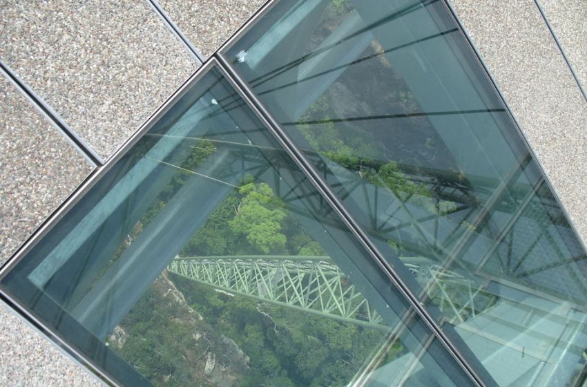 Glass skywalk in Nong Khai crowded with people over weekend
