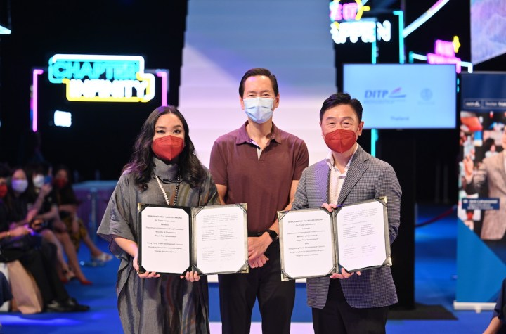 The HKTDC, represented by Deputy Executive Director Benjamin Chau (R), and the Thai Ministry of Commerce's Department of International Trade Promotion, represented by Trade Commissioner and Consul Chanunpat Pisanapipong (L), ratified a renewed memorandum of understanding at CENTRESTAGE, Asia's premier fashion event organised by the HKTDC. The agreement was witnessed by Bernard Chan (centre), Convenor of the Executive Council, HKSAR, and Chairman of the Hong Kong - Thailand Business Council