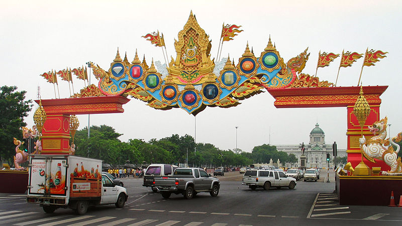 Thais start amassing in front of Ananta Samakhom Throne Hall
