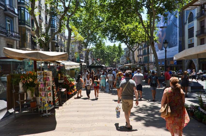 Van rams into crowd on Las Ramblas de Barcelona, Casualties reported