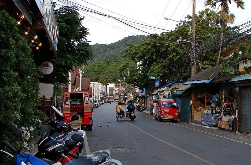 Phuket police hunt down, arrest men for dangerous Chinese tourist bag snatch