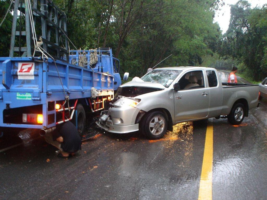 Toyota Hilux Vigo and truck crash
