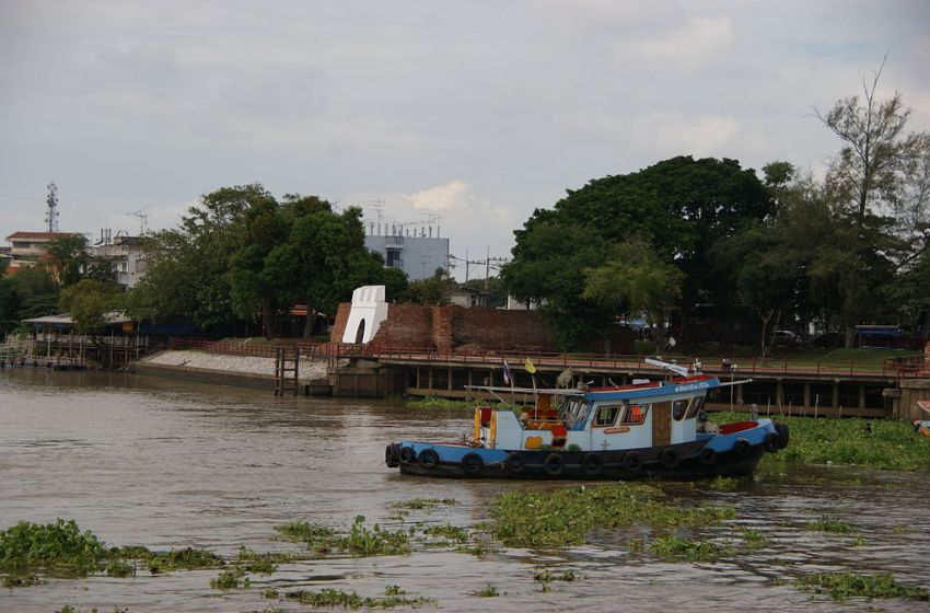 Six killed after car plunges into canal in Ayutthaya