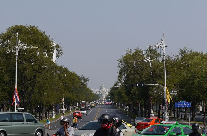 Thanon Ratchadamnoen Nok (Outer Ratchadamnoen Avenue) viewed from Phan Fa Lilat Bridge; the Ananta Samakhom Throne Hall is visible in the distance
