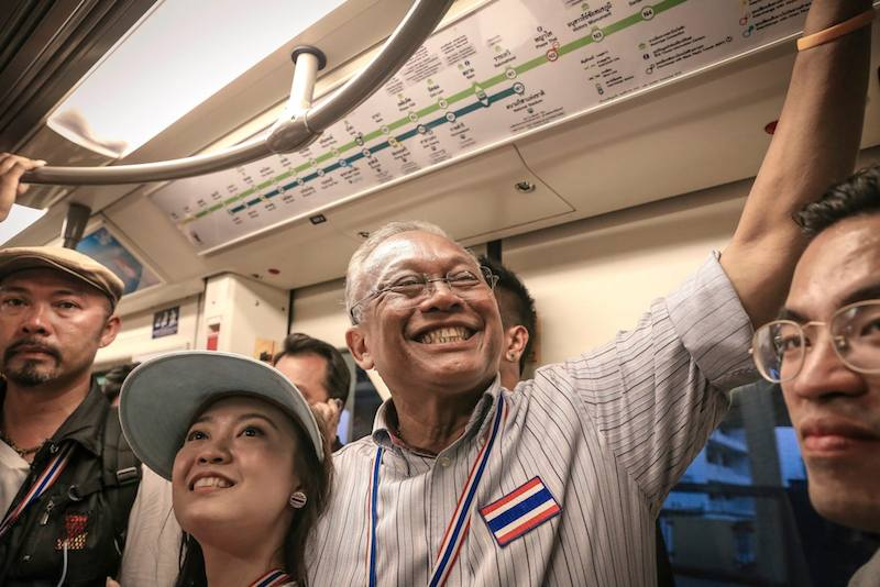 Suthep posing with a young girl during the Bangkok protests