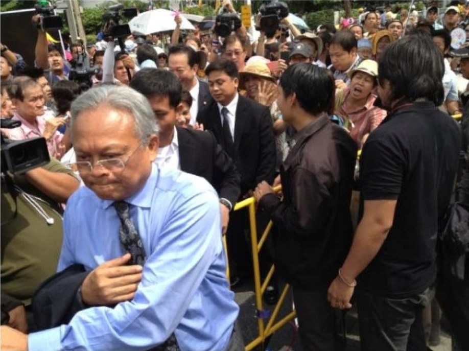 Suthep Thaugsuban leaving the protest site during Bangkok Shutdown