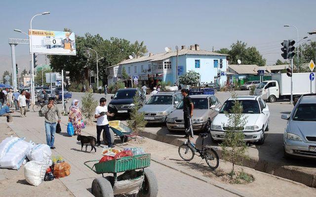 Danghara, main road in Tajikistan. Photo by Bertramz.