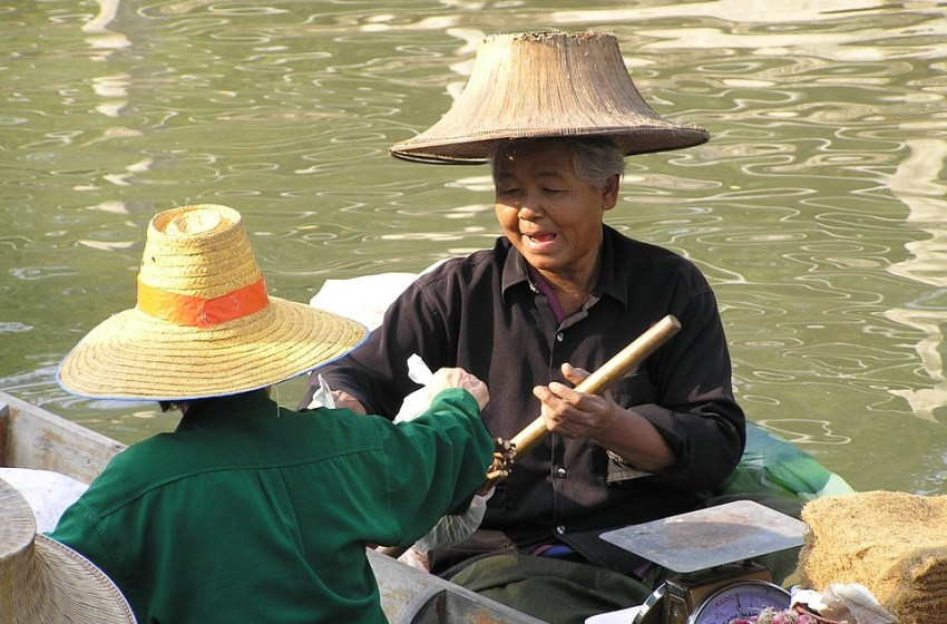 Thai women at the floating market