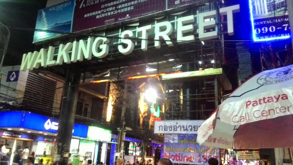 Health officers and police inspect entertainment venues on Pattaya Walking Street, offer free Covid-19 testing